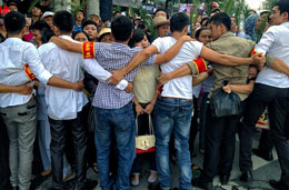 An ninh làm hàng rào ngăn chặn người dân đến dự phiên xử LS. Lê Quốc Quân hôm 02/10/2013 tại Hà Nội. AFP