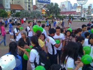 Các Bloggers phát bong bóng nhân quyền tại Sài Gòn hôm 8/12/2013.