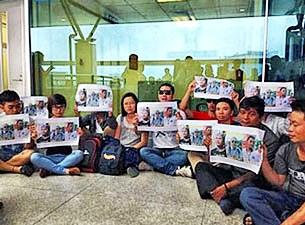 Các Bloggers có mặt tại sân bay Tân Sơn Nhất để yêu cầu trả tự do cho những học viên đã đi học xã hội dân sự ở Philippines trở về còn bị tạm giữ hôm 6/10/2013.