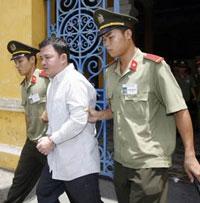 Bất đồng chính kiến Huỳnh Nguyên Đạo được đưa ra khỏi Tòa án nhân dân TPHCM hôm 10/5/2007, và bị kết án 3 năm tù. AFP photo.