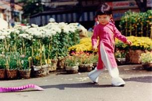 Cô bé vui chơi ở chợ Hoa đường Nguyễn Huệ