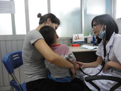 Một BS nhi khoa đang khám bệnh tại một bệnh viện công ở Hà Nội hôm 17/08/2011. RFA PHOTO.
