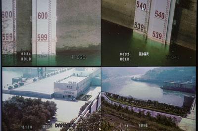 Bên phải là mực nước đập Cảnh Hồng, Trung Quốc đo được ngày 20 tháng ba năm 2016. AFP photo