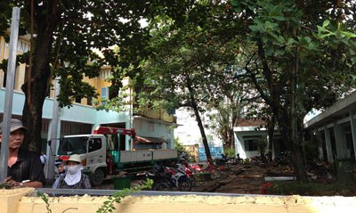 Ngôi trường thuộc Dòng Mến Thánh Giá Thủ Thiêm cho chính quyền mượn để làm công tác giáo dục, nhưng nay không dùng nữa lại không được trả cho chủ nhân trước đây. Ngược lại trong ngày 22 tháng 10, cơ quan chức năng dùng bạt vây trường lại và đập phá bên trong. Citizen photo.