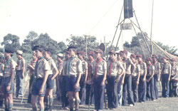 """Hướng đạo sinh thuộc Đạo Hướng đạo Đắc Lắc tại Trại Hợp bạn Quốc gia """"Tự Lực"""" ở Tam Bình, Thủ Đức vào lễ Giáng sinh năm 1974. Photo: wikipedia"""