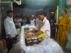 Gia đình đang thực hiện nghi thức an táng Bà Đặng Thị Kim Liên, mẹ của blogger Tạ Phong Tần, vào hôm 31/7 tại Bạc Liêu. Courtesy DLB.
