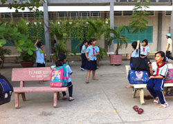 Học sinh vui chơi sau giờ học tại một trường tiểu học ở TPHCM, ảnh chụp hôm 11-02-2011. RFA PHOTO.