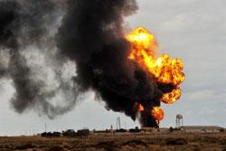Libya: ống dầu trúng đạn pháo. AFP photo