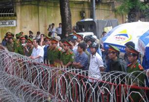 Công an với hàng rào sắt, kẽm gai tiếp tục phong tỏa nhiều khu vực Tòa Khâm Sứ Hà ội.