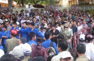 Cảnh tượng nhốn nháo lúc chính quyền mang tượng Đức Mẹ Sầu Bi ra khỏi khu vực Tòa Khâm Sứ hôm 25-9-2008.  Photo courtesy of vietcatholic