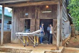 Thầy giáo Đinh Đăng Định được đặc xá trở về căn nhà ván của gia đình bằng xe cứu thương. Photo courtesy chauxuannguyen.org
