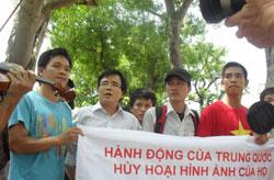 LS. Lê Quốc Quân, Trưởng ban liên lạc của Cộng đoàn Doanh nhân Trí thức Công Giáo tại cuộc biểu tình chống Trung Quốc hôm 03-07-2011 tại Hà Nội. Courtesy Baokhongle.
