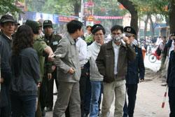 Luật sư Lê Quốc Quân, anh Paulus Lê Sơn cùng một số người khác bị bắt giam khi đang đứng bên ngoài Tòa án Hà Nội hôm xử TS luật Cù Huy Hà Vũ 04-04-2011. Courtesy Anhbasam.