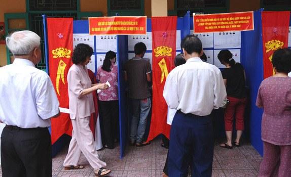 Cử tri bỏ phiếu tại một điểm bầu cử ở thành phố Hà Nội vào ngày 22 tháng 5 năm 2011.
