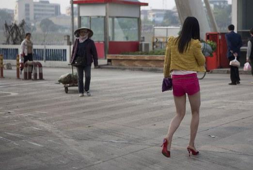 Một người phụ nữ Việt Nam hành nghề mại dâm ở Trung Quốc. Ảnh chụp tháng 4/2012.