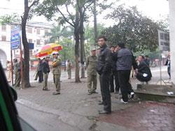 Công an, an ninh bên ngoài phiên tòa xử 14 thanh niên Công giáo - Tin Lành, tại tòa án thành phố Vinh sáng 08/01/2013. Photo courtesy of VRNS.