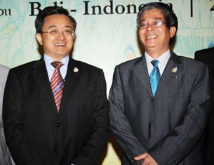 Ông Pham Quang Vinh, trợ lý bộ trưởng ngoại giao Việt Nam và thứ trưởng ngoại giao  của Trung Quốc Lưu Chấn Dân