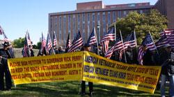 Biểu tình phản đối việc thay đổi tên gọi Tượng đài tại Lễ Động thổ xây dựng Đài Tưởng niệm Cựu binh Texas tham chiến tại Việt Nam hôm 25/3. Photo by Hoàng Dung (VAHF).