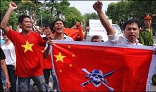 Đoàn thanh niên biểu tình chống Trung Quốc tại Hà Nội hôm 3-7-2011.