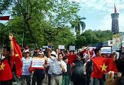 Đoàn người biểu tình tuần hành trên đường Điện Biên Phủ, Hà Nội sáng Chủ nhật 03-07-2011. NguyenXuanDien's blog.
