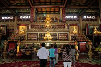 Thờ Phật chung với thờ Hồ Chí Minh bên trong Khu du lịch Lạc Cảnh Đại Nam Văn Hiến, ảnh chụp hôm 12/02/2011. RFA PHOTO.