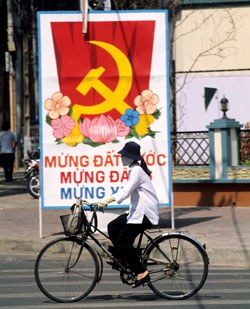 Một bức tranh cổ động trên đường phố Sài Gòn, ảnh minh họa chụp trước đây. AFP PHOTO.