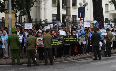 Người dân biểu tình bên ngoài tòa đòi trả tự do cho blogger Basàm và cộng sự của anh.