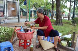 Quán nước sấu, nước trà ở Chùa Trấn Quốc Hà Nội, ảnh chụp trước đây. RFA PHOTO.