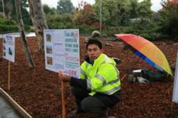 Anh Trương Quốc Việt trong lần tọa kháng trước Tòa Đại sứ Việt Nam tại Canberra trước đây. File photo.