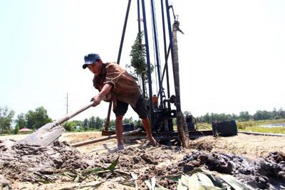 Một nông dân khoan giếng để lấy nước vào ruộng lúa bị hạn hán tại tỉnh Sóc Trăng, khu vực đồng bằng sông Cửu Long hôm 2/3/2016.