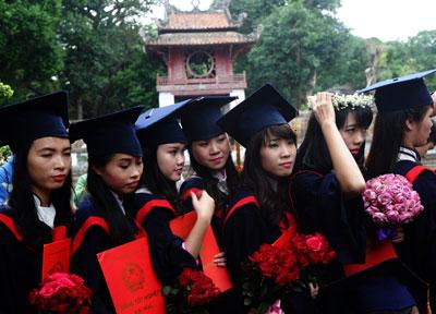 Sinh viên đại học Hà Nội nhận bằng cử nhân trong buổi lễ tốt nghiệp tổ chức tại Văn Miếu, Hà Nội hôm 18/11/2014.