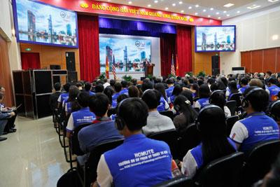Sinh viên Đại học Sư phạm Kỹ thuật Thành phố Hồ Chí Minh nghe Ngoại trưởng Mỹ John Kerry nói chuyện hôm 13/1/2017.