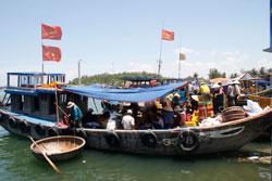 Ngư dân mua bán cá vừa đánh bắt về tại Bến Cá Bình Thạnh, Bình Sơn, Quảng Ngãi hôm 05-07-2011. RFA PHOTO.