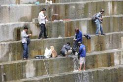 Vết nứt trên đập thuỷ điện Sông  Tranh 2 đang được xử lý một cách thủ công. bee.net
