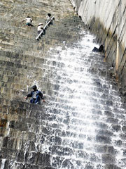 Công nhân đang xử lý hiện tượng rò rỉ nước ở thân đập chính thủy điện Sông Tranh 2. Ảnh:  Thu Minh
