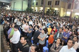 Tối 10/4/2011, hơn 4.000 Doanh nhân – Trí thức, giáo dân đã về Thái Hà dự Thánh lễ và thắp nến cầu nguyện cho Ls Lê Quốc Quân và những người đang bị tù đày vì lẽ công chính