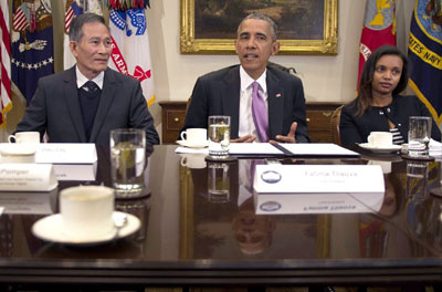 Cựu tù nhân Điếu Cày Nguyễn Văn Hải (trái) ngồi cạnh Tổng thống Mỹ Barack Obama trong Ngày Tự do Báo chí Thế giới tổ chức tại Washington DC ngày 1/5/2015. AFP photo
