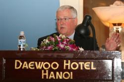 GS Carl Thayer tại Hội thảo Quốc tế về Biển Đông năm 2009 ở Hà Nội. Photo courtesy of nghiencuubiendong.vn