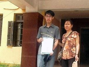 Bà Dương Thị Tân và anh Nguyễn Trí Dũng (vợ cũ và con Blogger Điếu Cày) cầm đơn khiếu nại.