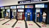 Các trụ ATM bên trong một trung tâm mua sắm ở Hà Nội vào ngày 14 tháng 8 năm 2020.