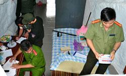 Công an đang khám xét nơi ở của một người trong vụ án tháng 2/2012. Photo courtesy of phapluat.vn