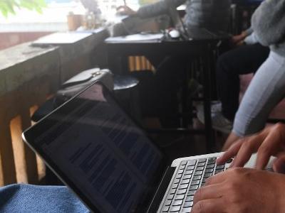 Người dân sử dụng laptop tại một quán cà phê ở Hà Nội hôm 7/12/2017.