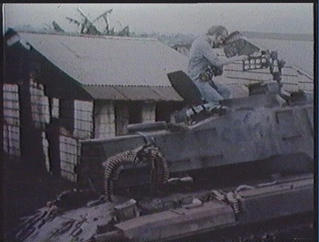 Phóng viên Stephan Koester trên một chiếc xe tăng Mỹ tại cửa ngõ Sài Gòn ngày 01/05/1975