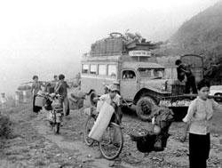 Dân chúng quá sợ cộng sản qua sự kiện Tết Mậu Thân đã bỏ chạy khi thấy các đơn vị quân đội rút khỏi Huế. Photo by Trần Khiêm.
