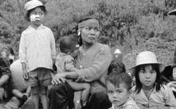 Quá sợ cảnh tàn sát của cộng sản trong trận Tết Mậu Thân, người dân bỏ nhà cửa, ruộng đất gồng gánh theo đoàn quân di tản. Photo by Trần Khiêm.