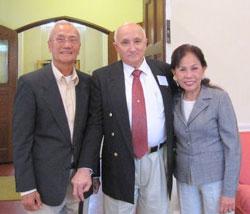 Thuyền trưởng Charles Romano (giữa) và vợ chồng Bà Nguyễn Diệu Liên Hương. Hình của Captain Romano gởi cho RFA.