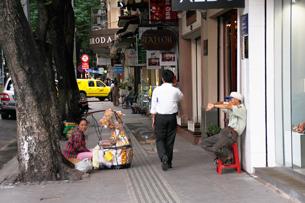Một gánh hàng rong trên vỉa hè đường Đồng Khởi