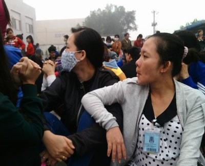 Gần 700 công nhân của công ty trách nhiệm hữu hạn Sunny Wide đã đình công hôm 26 tháng 1 để phản đối việc công ty chỉ trả 50% của lương tháng thứ 13. Photo courtesy of Lao Động Việt.
