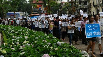 Người dân xuống đường biểu tình tại Hà Nội hôm 1/5/2016. AFP photo