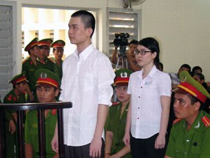 Nguyễn Phương Uyên, 21 tuổi, và Đinh Nguyên Kha, 25 tuổi đứng trước tòa án tỉnh Long An ngày 16/5/2013. Tòa đã tuyên án 6 năm tù đối với Phương Uyên, và 8 năm tù đối với Nguyên Kha.